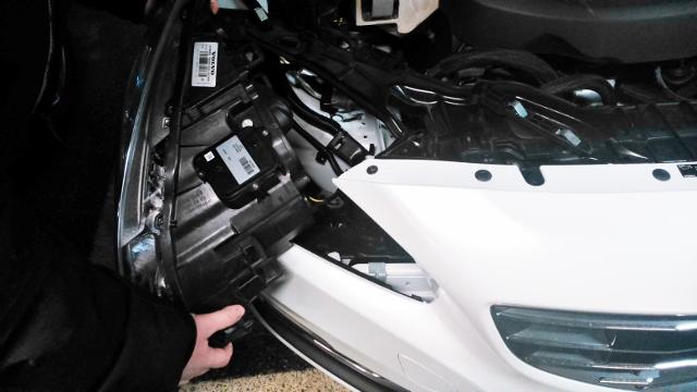 Ta ut hela lamphuset försiktigt en liten bit. Lossa kontakten/sladden som går till bilen. Ta sen ur lamphuset helt.